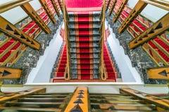 Fragmento interior abstracto, vuelo de escaleras adornadas, mirando abajo imagen de archivo