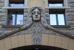 Fragmento Jauniela de la fachada del edificio de Art Nouveau 25/29 calle Riga Imagenes de archivo
