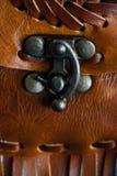 Fragmento macro de un bolso de cuero o de un monedero Hecho a mano, fondo de la textura Foto de archivo