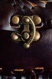 Fragmento macro de un bolso de cuero o de un monedero Hecho a mano, fondo de la textura Imagenes de archivo