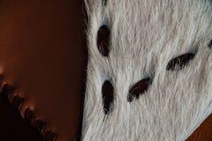Fragmento macro de un bolso de cuero o de un monedero Hecho a mano, fondo de la textura Fotografía de archivo