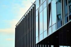 Fragmento moderno do sumário da fachada do prédio de escritórios, janelas brilhantes na construção de aço fotos de stock