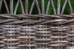 Fragmento obscuro do fundo de uma cadeira de vime velha feita dos galhos de madeira imagens de stock