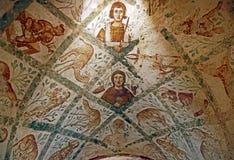 Fragmento Roman Mural Ceiling Ruins en el castillo antiguo del desierto de Umayyad de Qasr Amra en Zarqa, Jordania fotos de archivo