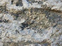 Fragmento velho da casa de uma parede de pedra de uma casa medieval de uma estrutura da cidade antiga fotos de stock