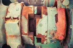 Fragmento velho do guincho com eixo oxidado, vintage tonificado fotografia de stock