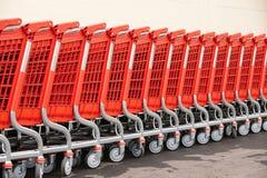 Fragmentos abstractos de los cesta-carros rojos para las mercancías Foto de archivo libre de regalías