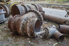 Fragmentos das grandes tubulações velhas para canos principais de aquecimento Fotos de Stock