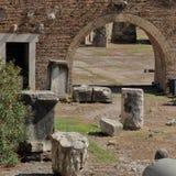 Fragmentos de colunas quebradas e do arco antigo Imagens de Stock