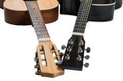 Fragmentos de guitarras ligeras y oscuras fingerboards de dos diversas guitarras imágenes de archivo libres de regalías