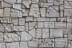 Fragmentos de lápides judaicas em uma parede no cemitério judaico fotografia de stock royalty free