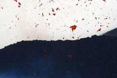 fragmentos de la lava en el aire Foto de archivo