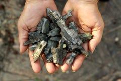 Fragmentos de morteros en las manos de las mujeres Imágenes de archivo libres de regalías