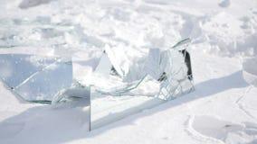 Fragmentos de un espejo en la nieve almacen de video