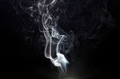 Fragmentos do fumo em um fundo preto Foto de Stock