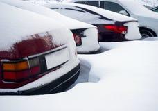 Fragmentos dos carros estacionados cobertos com a neve fotos de stock royalty free