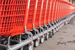 Fragmentos plásticos rojos del cesta-carros para las mercancías Imagen de archivo libre de regalías