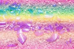 Fragments de mensonge en verre coloré sur l'asphalte Couleurs de photo : bleu, jaune, lilas, pourpre, pourpre images libres de droits