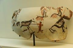 Fragments de vase avec la scène néolithique de chasse Image stock