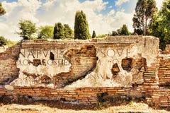 Fragments des inscriptions de marbre placées sur le grenier de Porta Romana images stock