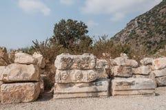 Fragments des sculptures et bas-reliefs du théâtre gréco-romain photographie stock libre de droits