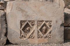 Fragments des sculptures et bas-reliefs du théâtre gréco-romain photos libres de droits