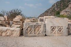 Fragments des sculptures et bas-reliefs du théâtre gréco-romain photo stock