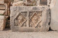 Fragments des sculptures et bas-reliefs du théâtre gréco-romain photographie stock