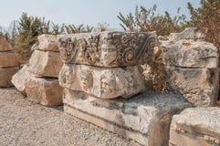 Fragments des sculptures et bas-reliefs du théâtre gréco-romain image libre de droits