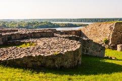Fragments ruinés de pierre et de briques se trouvant sur la colline comme pièce de murs environnants de forteresse antique avec l photo libre de droits