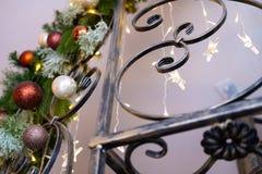 Fragmentschmiedeeisentreppenhaus mit dem verzierten Weihnachtsbaum im Innenraum lizenzfreies stockbild