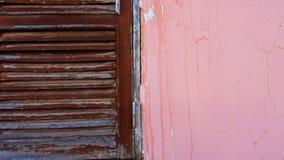 Fragmentvägg med den gamla wood fönsterdetaljen Arkivfoton