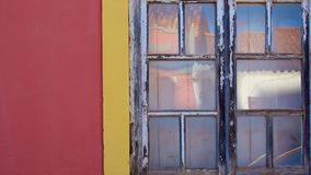 Fragmentvägg med den gamla wood fönsterdetaljen Royaltyfri Foto