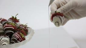 Fragola in cioccolata bianca archivi video
