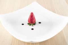 Fragola con aceto balsamico sul piatto bianco fotografie stock