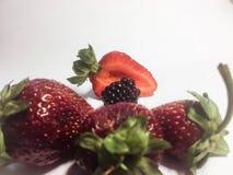 Fragola con l'uva spina e le more su una tabella bianca 2 immagini stock libere da diritti