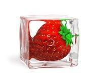 Fragola congelata in cubo di ghiaccio Fotografia Stock Libera da Diritti