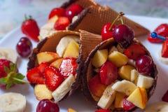 Fragola del gelato con i frutti Fotografie Stock