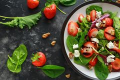 Fragola della frutta di estate, insalata degli spinaci con la noce, aceto balsamico del feta, cavolo In un piatto alimento saluta immagine stock