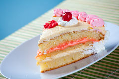 Fragola di compleanno e torta della crema Immagine Stock