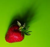 Fragola dolce fresca su verde Immagini Stock Libere da Diritti