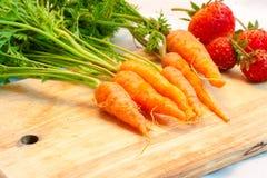 Fragola e carota fotografie stock libere da diritti