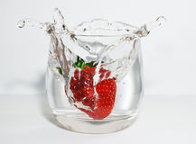 Fragola ed acqua fotografie stock