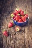 Fragola Fragola rossa Fragole raccolte fresche nelle posizioni differenti fotografie stock