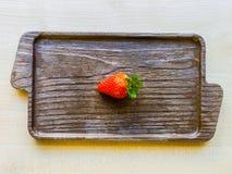Fragola fresca su un tagliere della cucina Immagine Stock