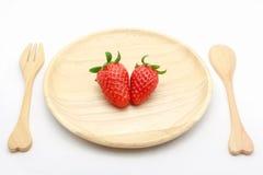 Fragola in piatto di legno su bianco Immagini Stock Libere da Diritti