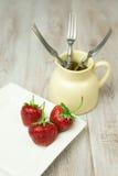 Fragola rossa matura su un piatto bianco Immagini Stock