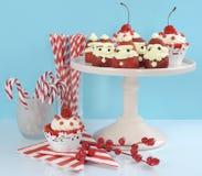 Fragola Santa di festa di Natale con i bigné rosso ciliegia del velluto Fotografie Stock