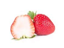 Fragola, Strawberrycut mezzo su fondo bianco Immagini Stock