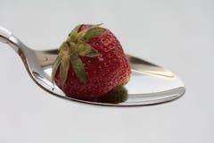 Fragola su un cucchiaio Fotografia Stock